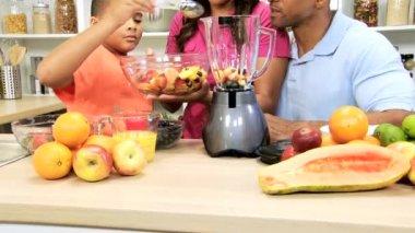 Family making smoothie on kitchen — Stock Video