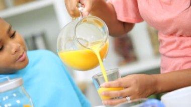Mother providing son orange juice — Stock Video