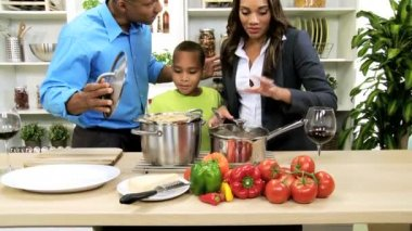 Parents providing son healthy lifestyle — Vídeo Stock