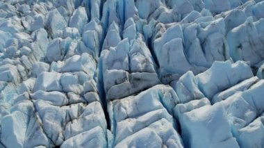 Glacier moving under own gravity — Video Stock