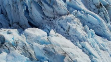 Glacier moving under its own gravity — Vidéo