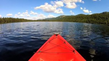 Kayak on lake wilderness area — ストックビデオ