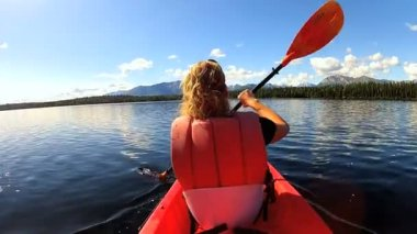 Female kayaking enjoying — Vídeo de stock