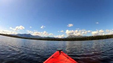 Kayak on lake wilderness area — Stockvideo