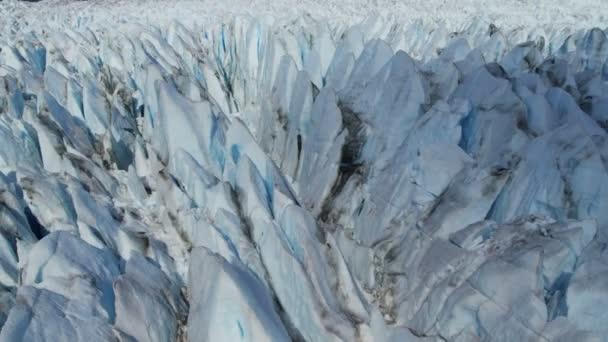 Glaciar moviéndose bajo gravedad propia — Vídeo de stock