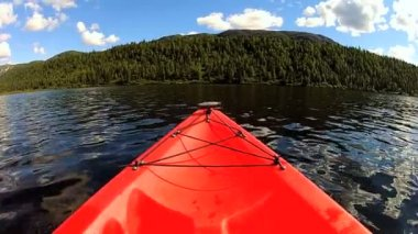 Kayak on lake wilderness area — Stock Video