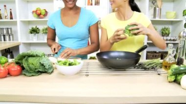 Girlfriends at kitchen preparing vegetables — Stock Video