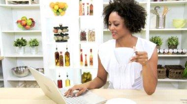 Meisje op keuken met behulp van laptop — Stockvideo