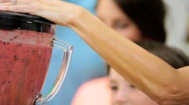 Family using fruit in blender — Stock Video