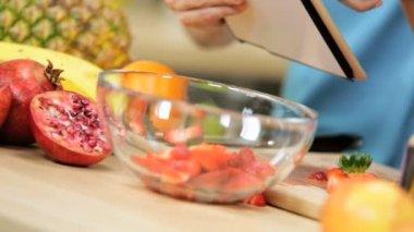 Couple at kitchen prepare salad — Stock Video
