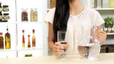 Dívka drží džbán vody — Stock video