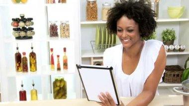Mujer con tableta en cocina — Vídeo de stock