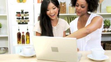 Studentesse, lavorando con il portatile — Video Stock
