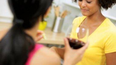 Novias en cocina bebiendo vino — Vídeo de stock