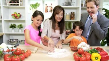 Brother and sister helping mom — Vídeo de stock