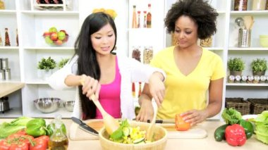 Girlfriends at kitchen preparing salad — Stock Video