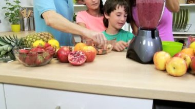 Family making fruit juice drink — Stock Video