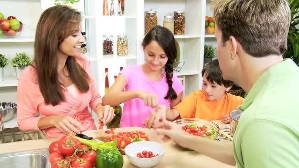 Familia preparar ensalada en cocina — Vídeo de stock