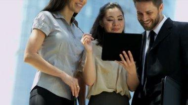 タブレットでビジネス人々 — ストックビデオ