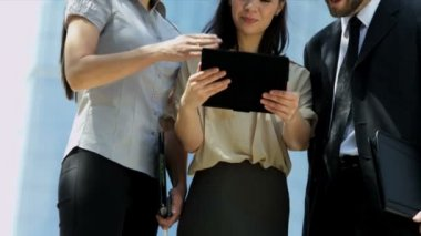 Business people with tablet — Stock video