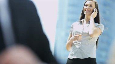 бизнесмены с планшета на предприниматель фон разговора на мобильный телефон — Стоковое видео