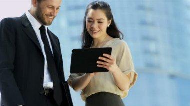Podnikatelé s notebookem — Stock video