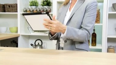 Businesswoman using tablet at kitchen — Stock Video