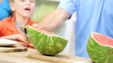 Father slicing watermelon for children — Stock Video