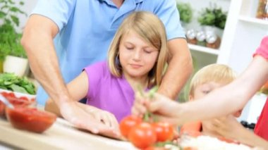 Parents and children preparing pizza — Stock Video