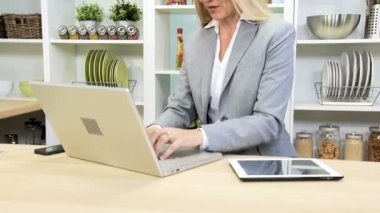 Businesswoman using laptop and smartphone — Stock Video