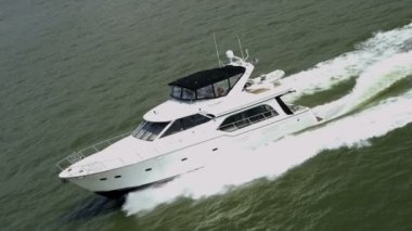 Aerial view of cruise yacht in motion — Vídeo de stock