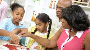 Family at kitchen preparing pizza — Stock Video