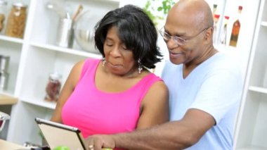 Couple holding tablet reading recipe — Stock Video