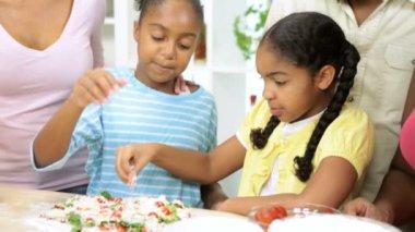 Rodina připravuje pizzu v kuchyni — Stock video
