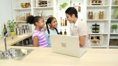 Businesswoman with laptop in the kitchen talking with children — Stock Video