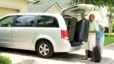 туристическая пара устанавливает вещи в автомобиле — Стоковое видео