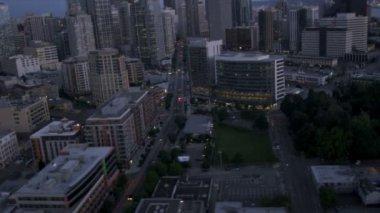 Widok anteny wieżowiec centrum kosmopolitycznego miasta seattle, stany zjednoczone ameryki — Wideo stockowe