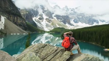 Male hiker viewing Lake Moraine — Stock Video