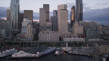 Aerial dusk view Alaskan Way Viaduct, Seattle coastal ferry, USA — Stock Video