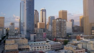 Aerial low level view at sunset Seattle city blocks and Skyscrapers, USA — Stock Video