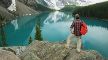 Male hiker enjoying majestic scenery — Vidéo