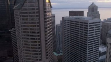 Aerial dusk view Business District Skyscrapers, Seattle, USA — Vídeo Stock