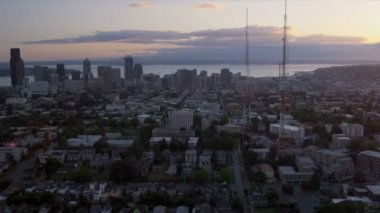 Aerial sunset view Downtown Seattle 3 television masts USA — Stock Video