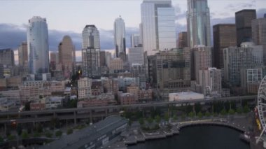 Aerial sunset view of the Seattle Great Wheel Waterfront Park, USA — Stock Video