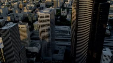 Aerial sunset view with sun flare Columbia Center Downtown Seattle USA — Vidéo