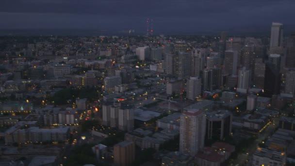 Vue aérienne de crépuscule d'illuminée au centre-ville bureaux d'affaires de seattle, usa — Vidéo