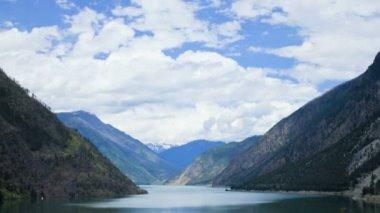 Cloudscape view wilderness mountain lake, USA, Time lapse — Stock Video