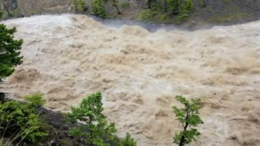 Natures storm fast flowing down flooded mountain river — Stock Video