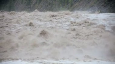 Close up raging swollen river flood waters, USA — Vídeo de stock