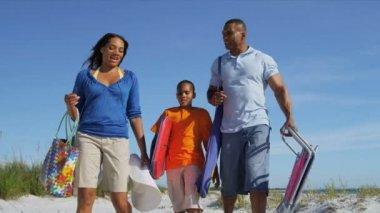 Rodzinne spacery na plaży — Wideo stockowe